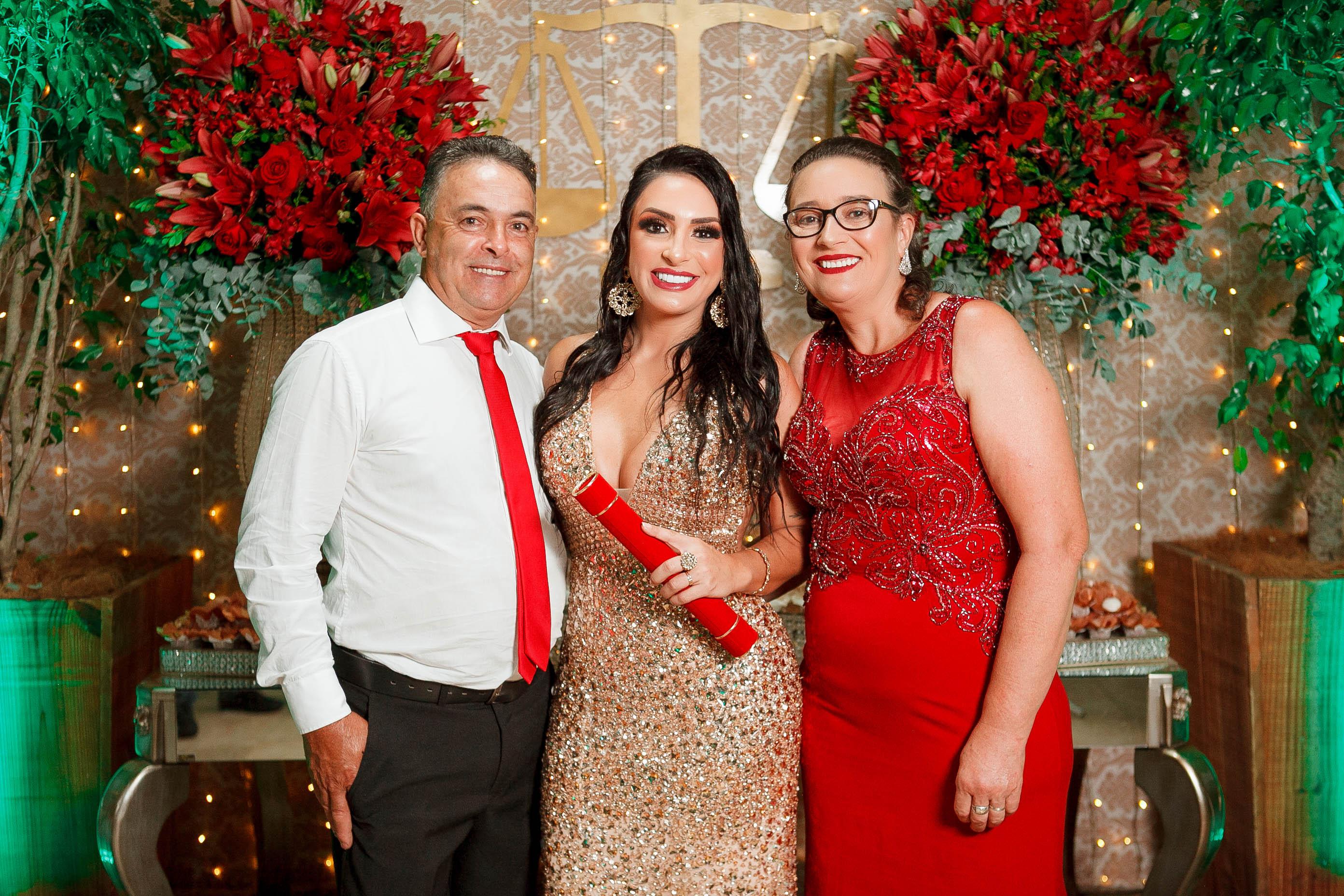 A formanda com os pais, Antonio de Souza e Maira de Souza