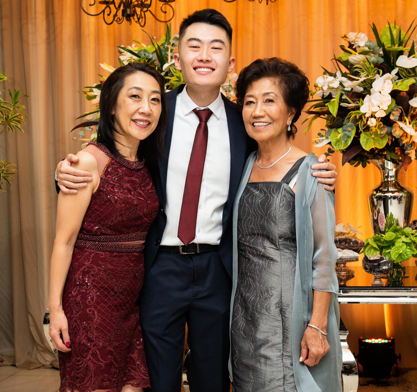 Yoshiaki com a mãe Angela Miyuki Yamamoto e a avó Toyoko Yamamoto