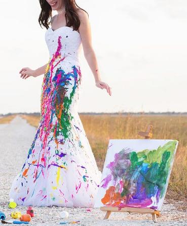 Vestido de casamento sujo com tinta e um quadro ao lado com as mesmas manchas