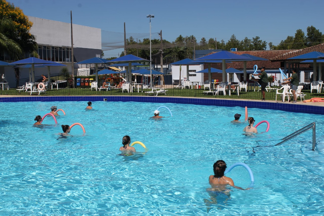 Hidroginástica na piscina externa vem conquistando a preferência do público.
